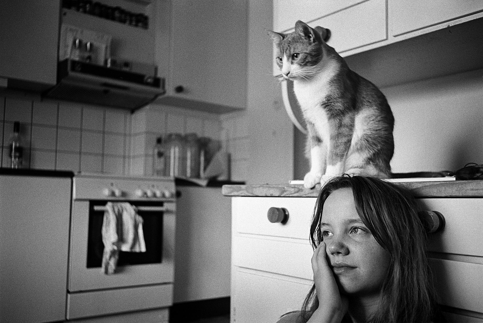 Ung tjej med katt.