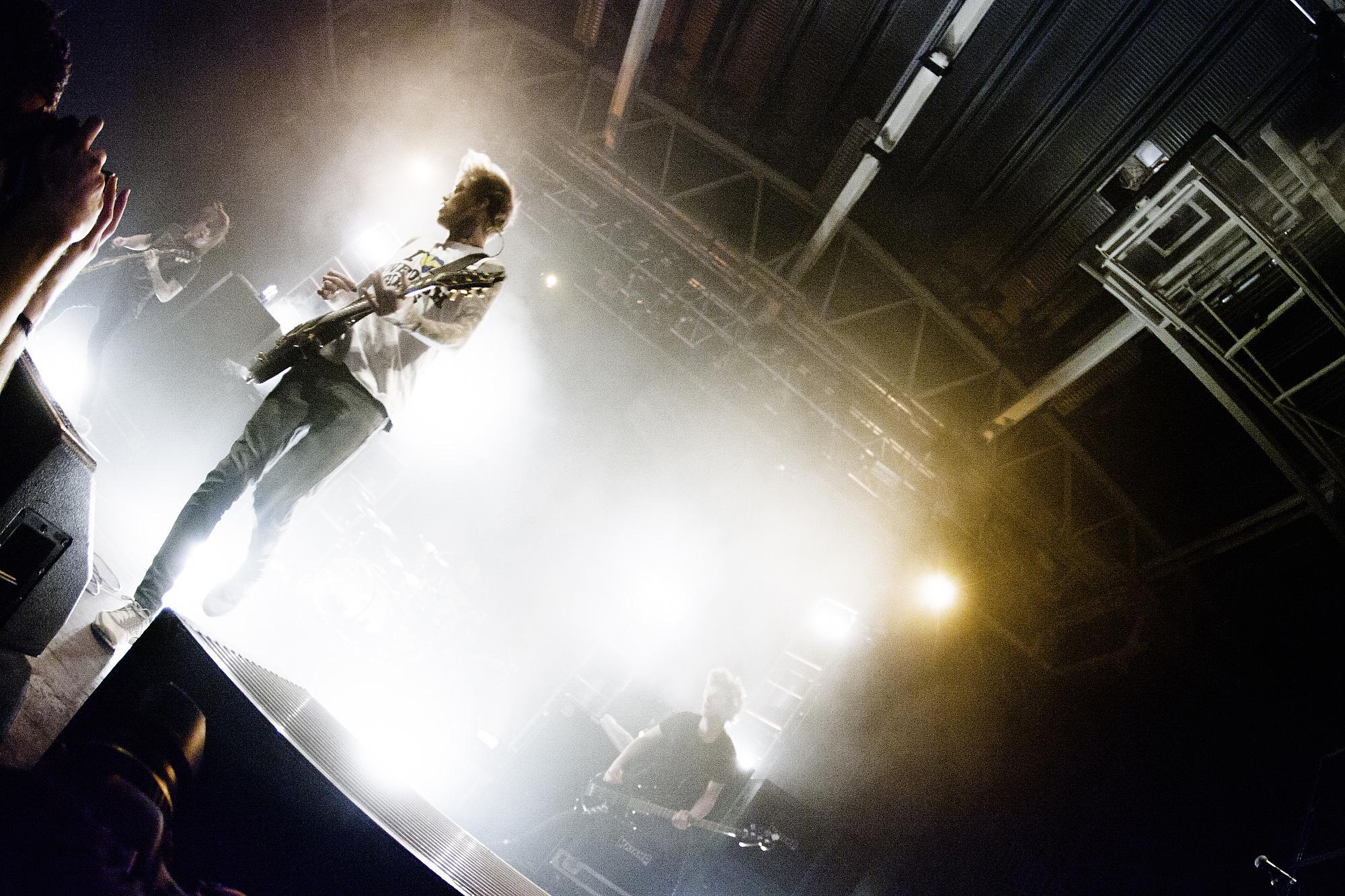En gitarrist i motljus.
