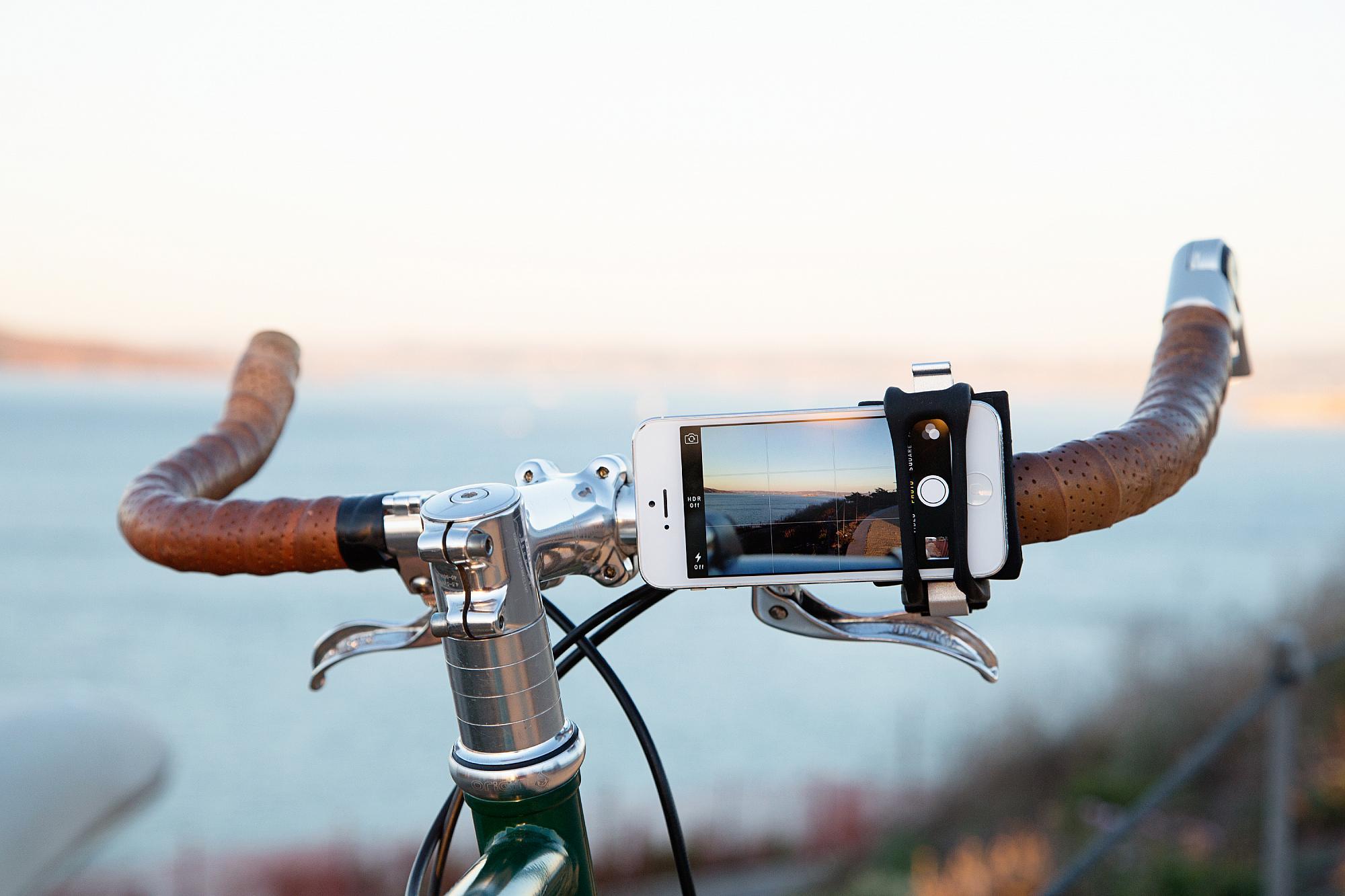 Spänne som håller fast mobilen på cykelstyret