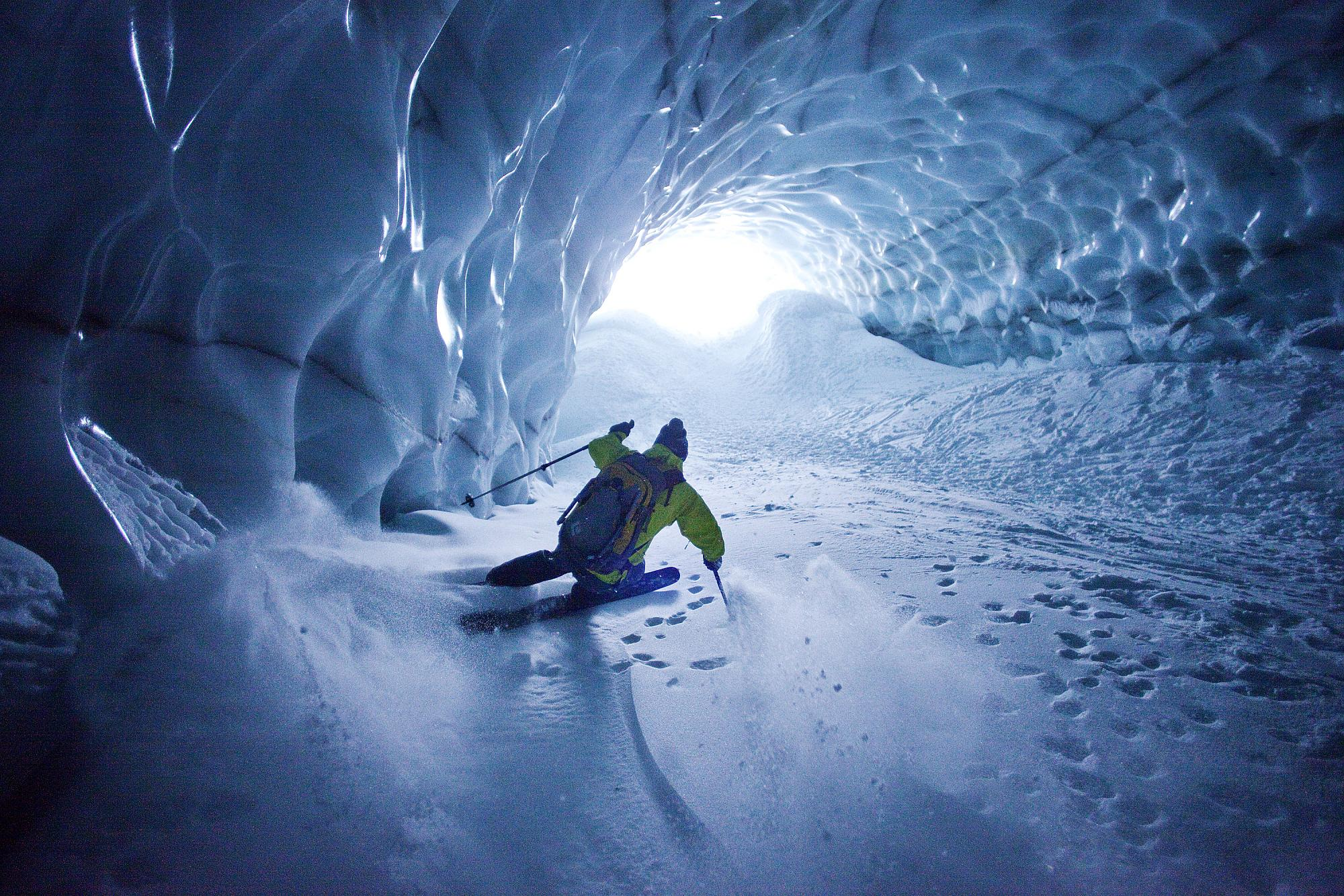 skidåkare i glaciärtunnel