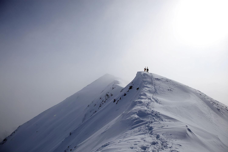 skidåkare på bergskam