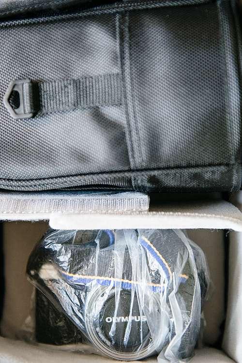 en kamera som ligger i en plastpåse