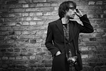 Johan Larsson, fotograf med analog kamera.