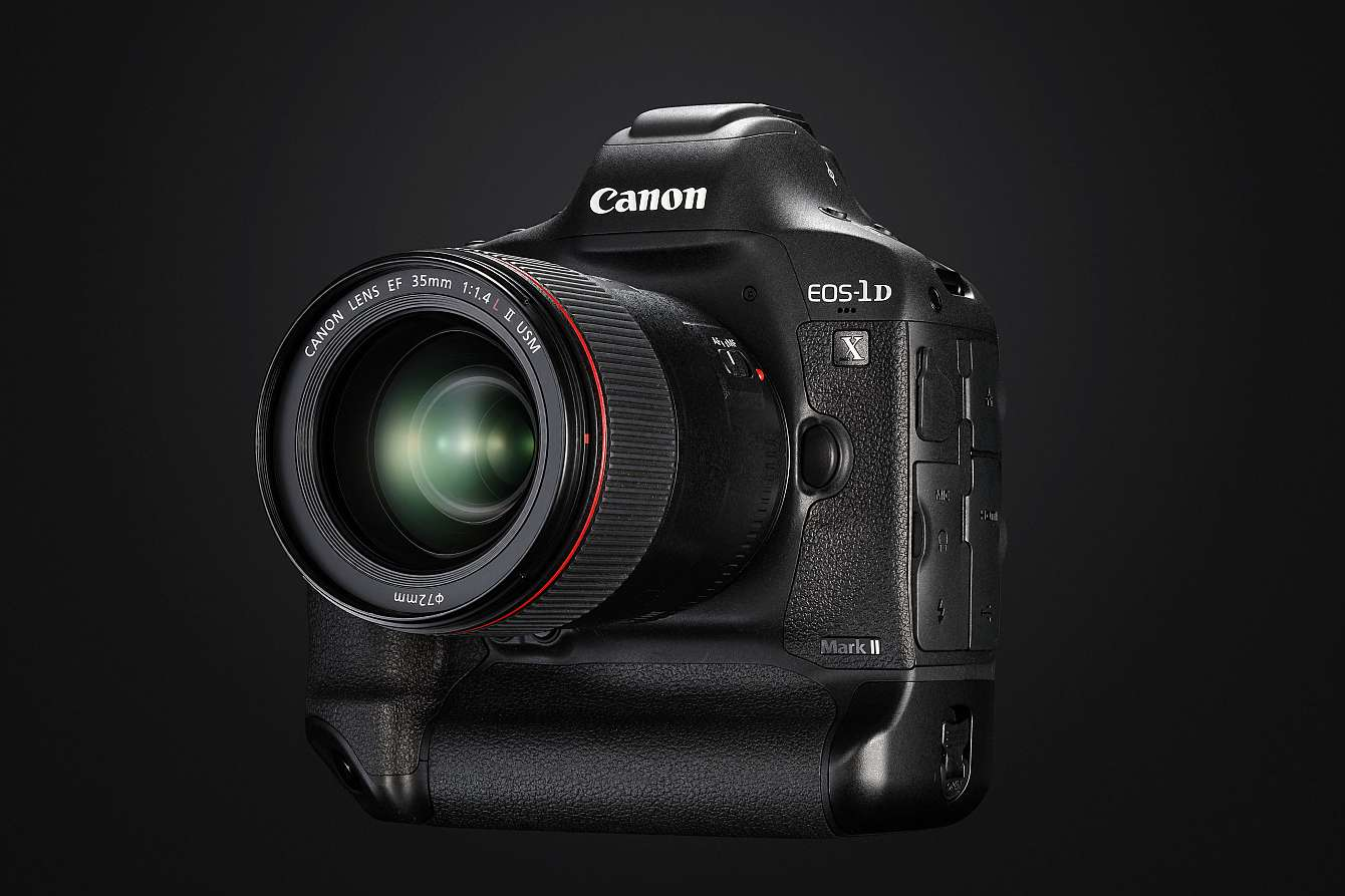 Canons nya proffskamera mot svart bakgrund.