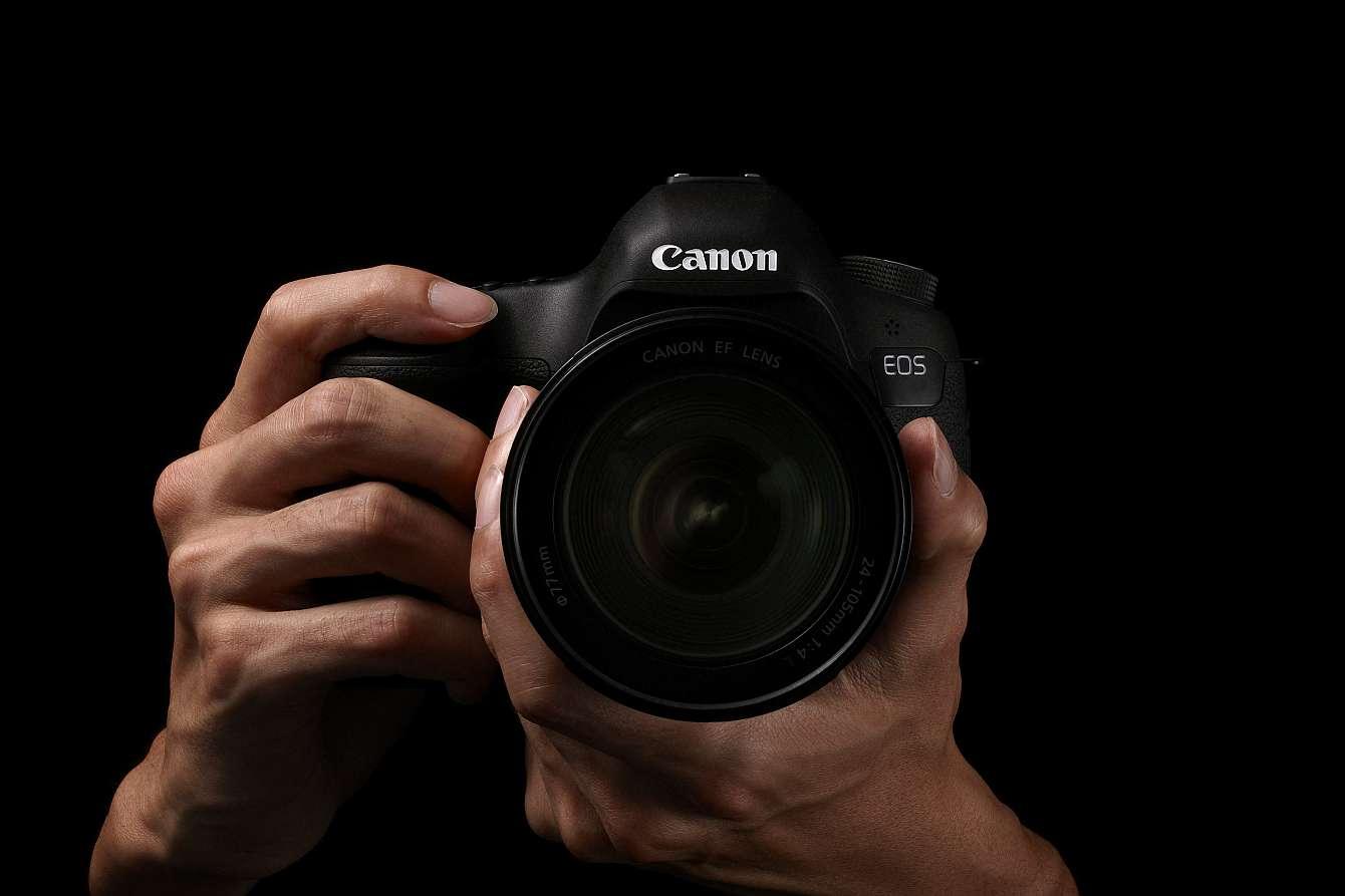 Canonkamera mot mörk bakgrund.