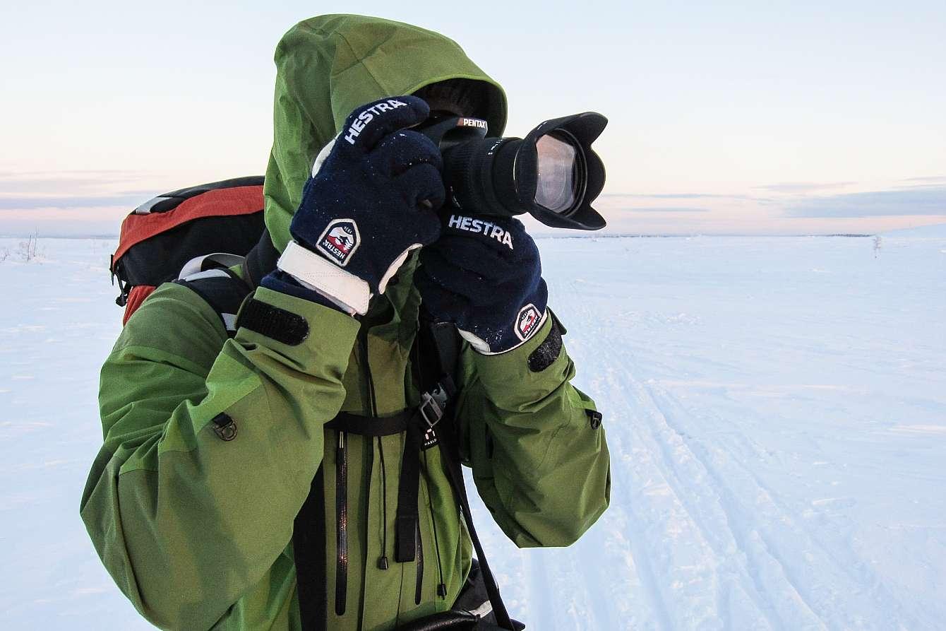 fotograf som fotograferar på vintern